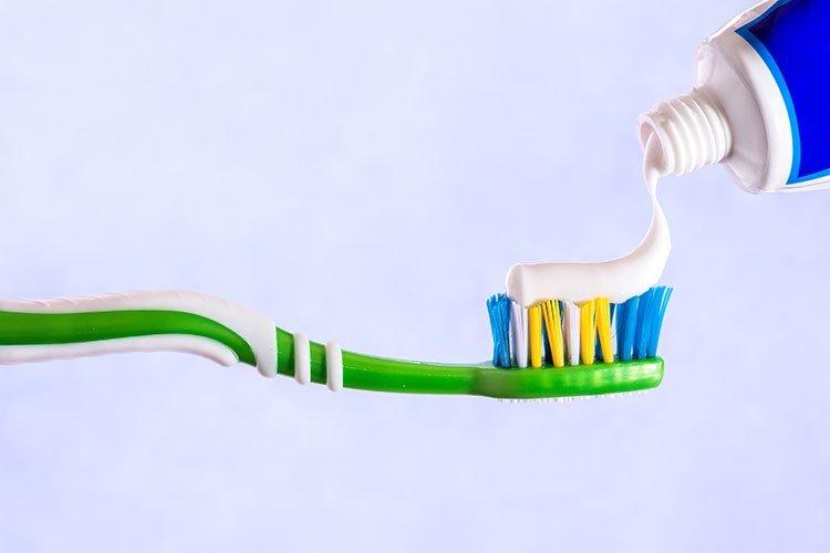 مقایسه خمیر دندان حاوی فلوراید با خمیر دندان بدون فلوراید